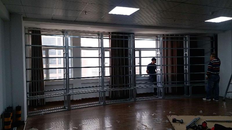 中亿睿55寸弧形拼接屏助力甘肃西峰区停车场全城联网无感支付升级安装现场